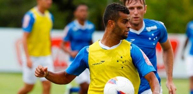 Alisson, meia-atacante do Cruzeiro, participa de atividade no gramado da Toca da Raposa II, mas não está liberado