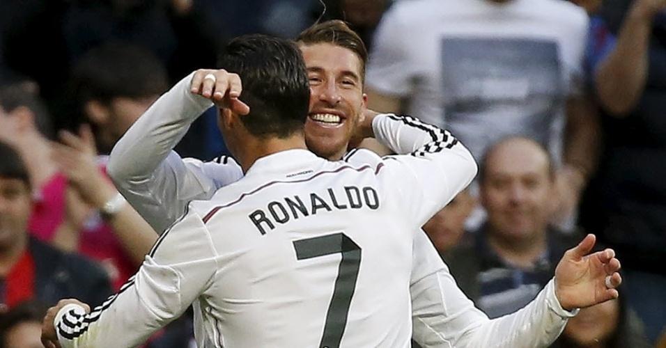 Jogadores do Real Madrid comemoram gol que abriu o placar no jogo contra o Málaga