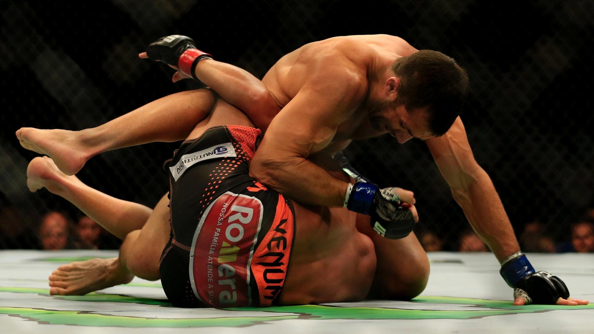 Luke Rockhold castiga Lyoto Machida na luta no chão até finalizar o brasileiro no UFC Fight Night em New Jersey