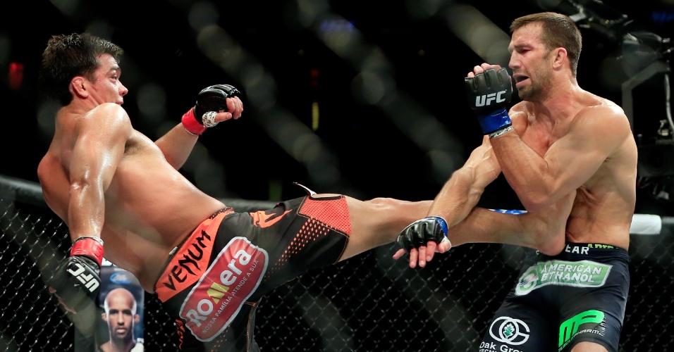 Lyoto Machida acerta um raro chute em Luke Rockhold, na luta entre os dois que terminou com derrota do brasileiro em Nova Jersey