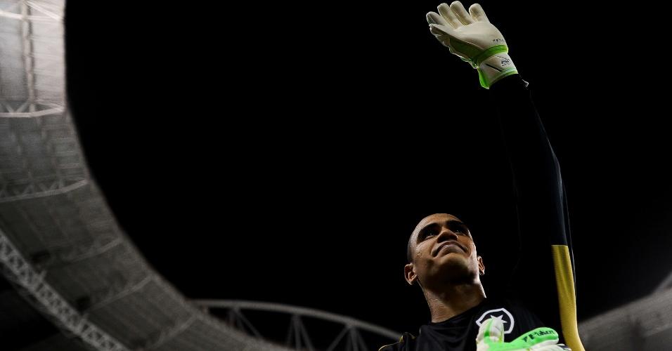 Renan comemora após defender dois pênaltis e marcar o gol da vitória do Botafogo contra o Fluminense