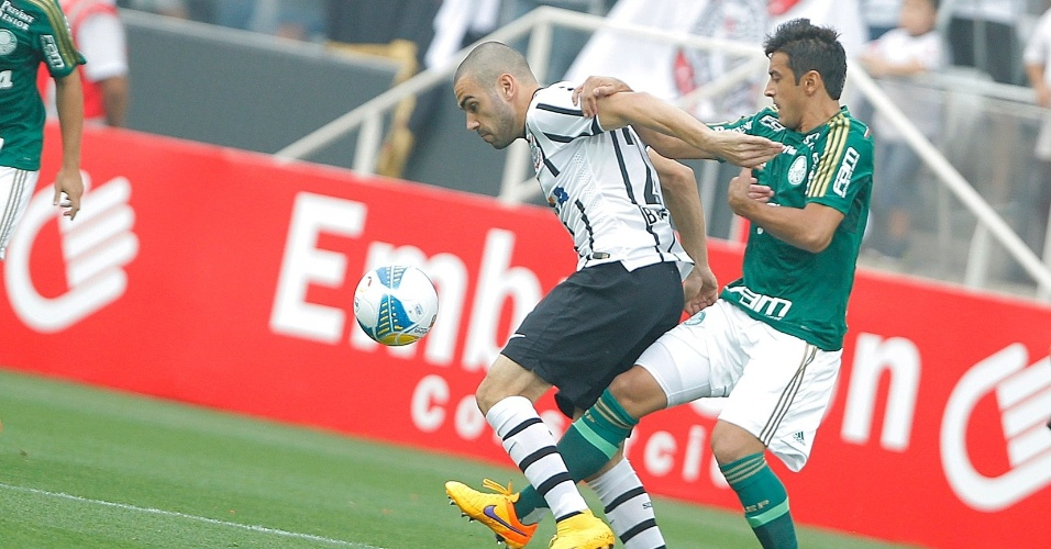 Bruno Henrique e Robinho disputam a bola na partida entre Corinthians e Palmeiras, que vale vaga na final do Paulistão
