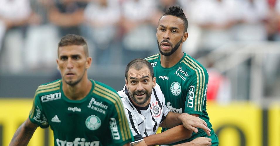 Danilo disputa a bola durante o confronto entre Corinthians e Palmeiras, no Paulistão