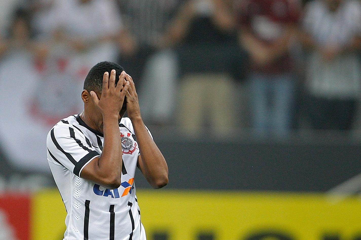 Elias lamenta pênalti perdido contra o Palmeiras na decisão por pênaltis da semifinal do Paulistão