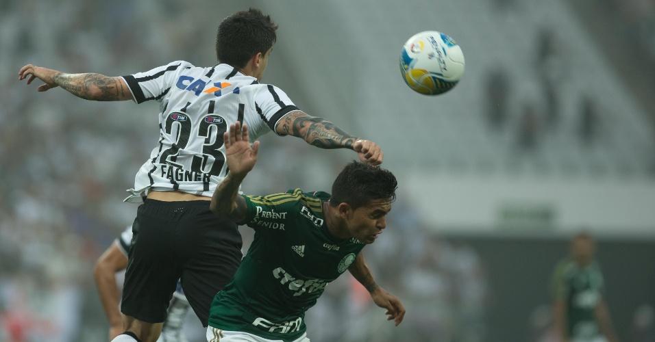 Fagner e Dudu disputam a bola durante a semifinal do Paulistão, entre Corinthians e Palmeiras