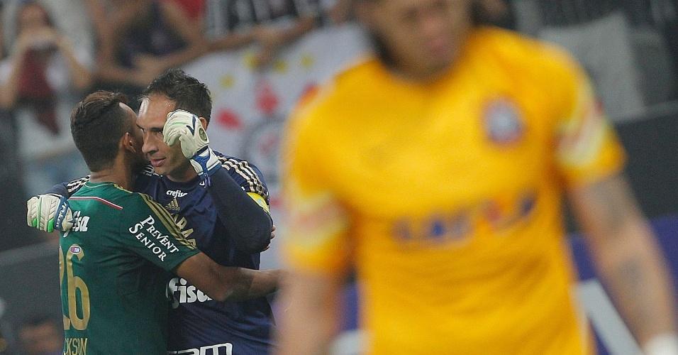 Fernando Prass vibra após fazer a defesa contra o Corinthians e classificar o Palmeiras para a final do Paulistão