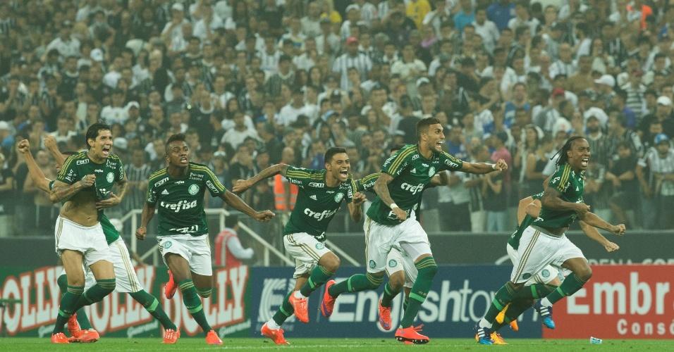 Jogadores do Palmeiras correm para abraçar Fernando Prass, herói da classificação do Palmeiras