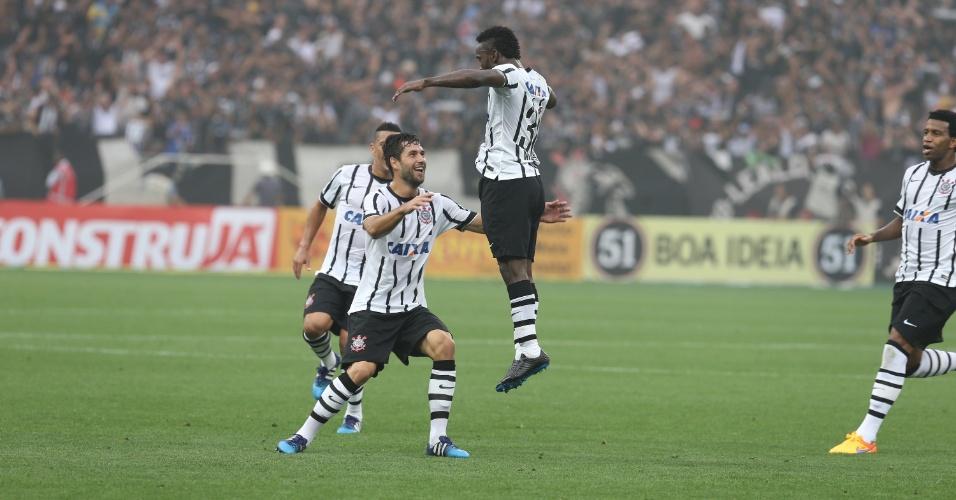 Mendoza, ao lado de Felipe, comemora o segundo gol do Corinthians contra o Palmeiras, na semifinal do Paulistão