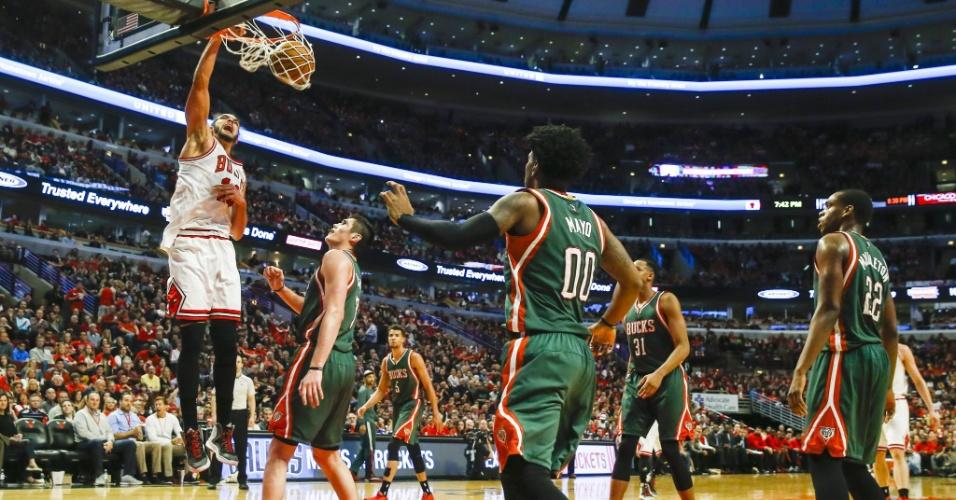 O Chicago Bulls venceu a partida contra o Milwaukee Bucks, por 103 a 91, em casa. Na imagem, Joakim Noah enterra bonito para os Bulls