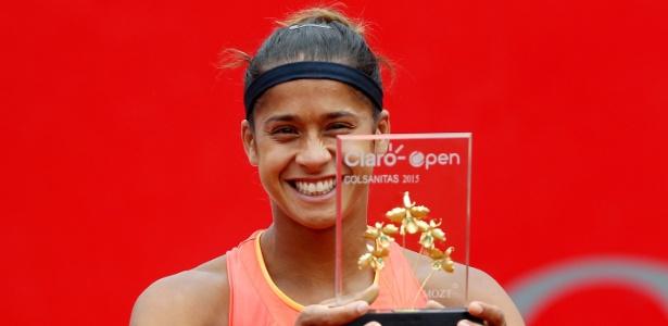 A brasileira Teliana Pereira com o troféu de campeã do WTA de Bogotá, na Colômbia