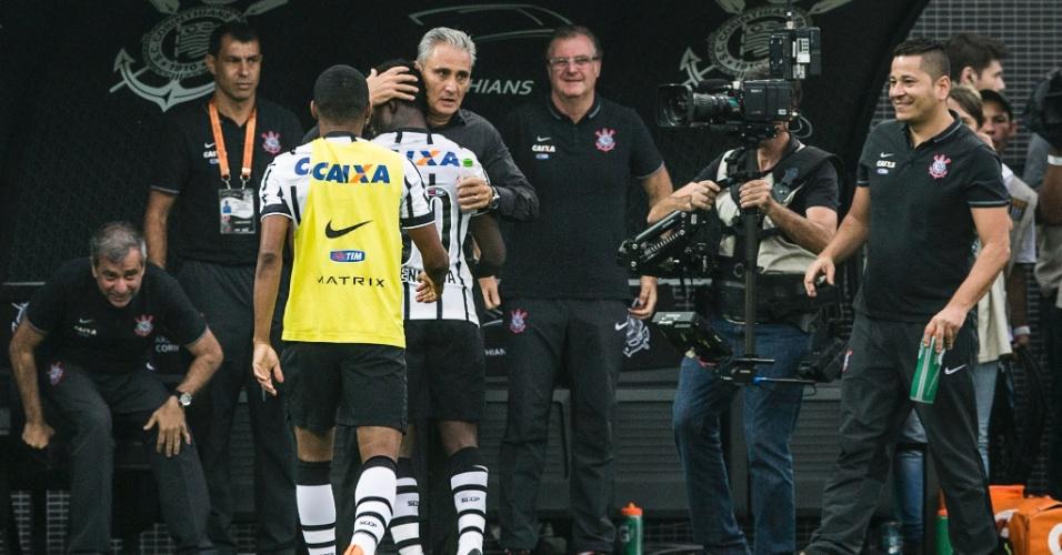 Tite abraça Mendoza após o colombiano virar o placar para o Corinthians contra o Palmeiras, no Paulistão