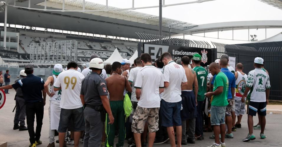 Torcedores chegam para acompanhar Corinthians x Palmeiras, na Arena Corinthians, pelo Campeonato Paulista