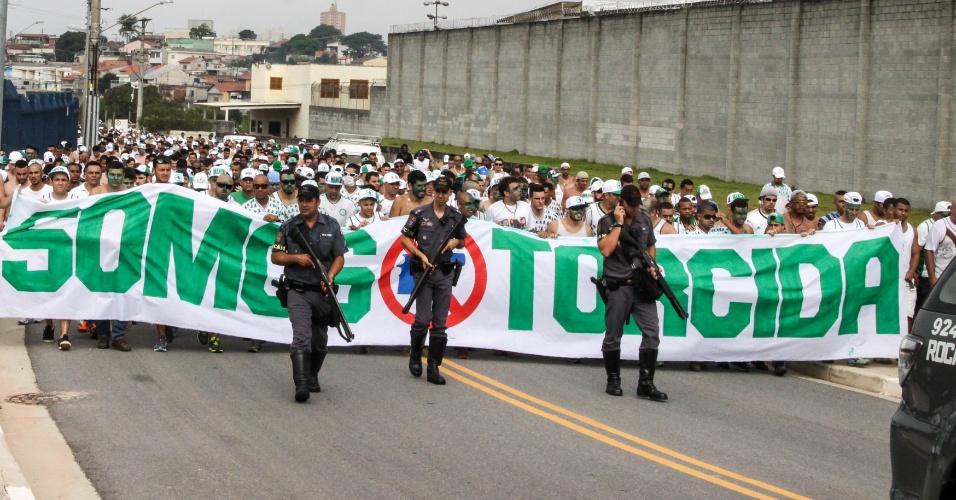 Torcida do Palmeiras é escoltada na chegada à Arena Corinthians para o clássico pela semifinal do Campeonato Paulista