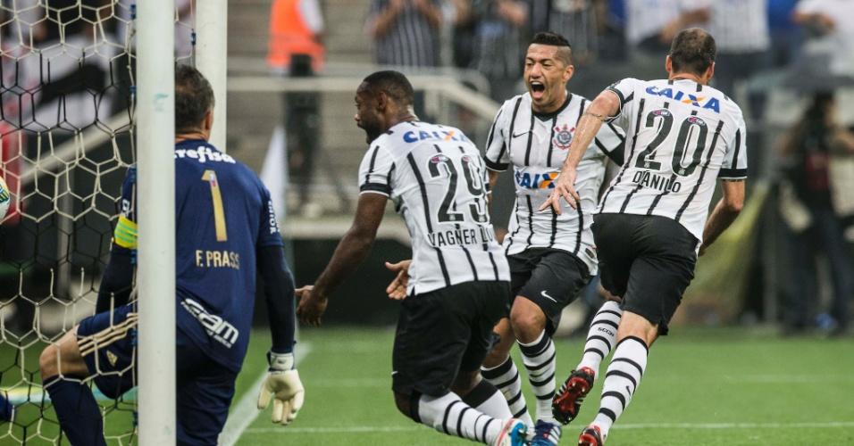 Vagner Love comemora gol marcado por Danilo no clássico Corinthians e Palmeiras, na semifinal do Paulistão