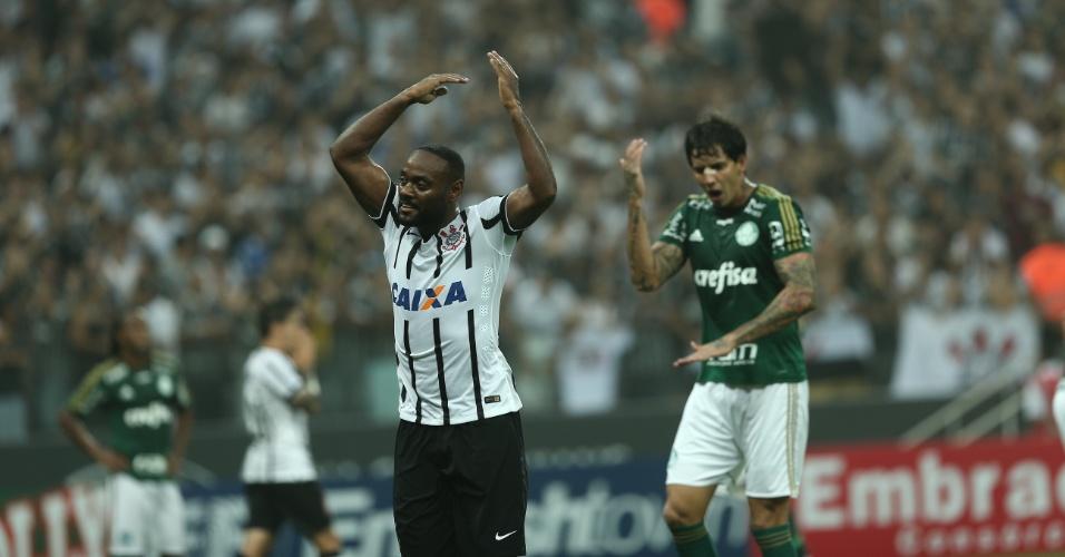 Vagner Love vibra e pede o apoio da torcida durante o confronto entre Corinthians e Palmeiras, no Paulistão