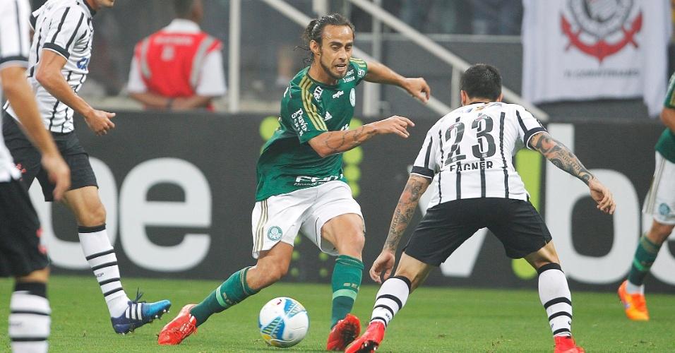 Valdivia encara a marcação de Fagner no jogo entre Corinthians e Palmeiras, válido pela semifinal do Campeonato Paulista