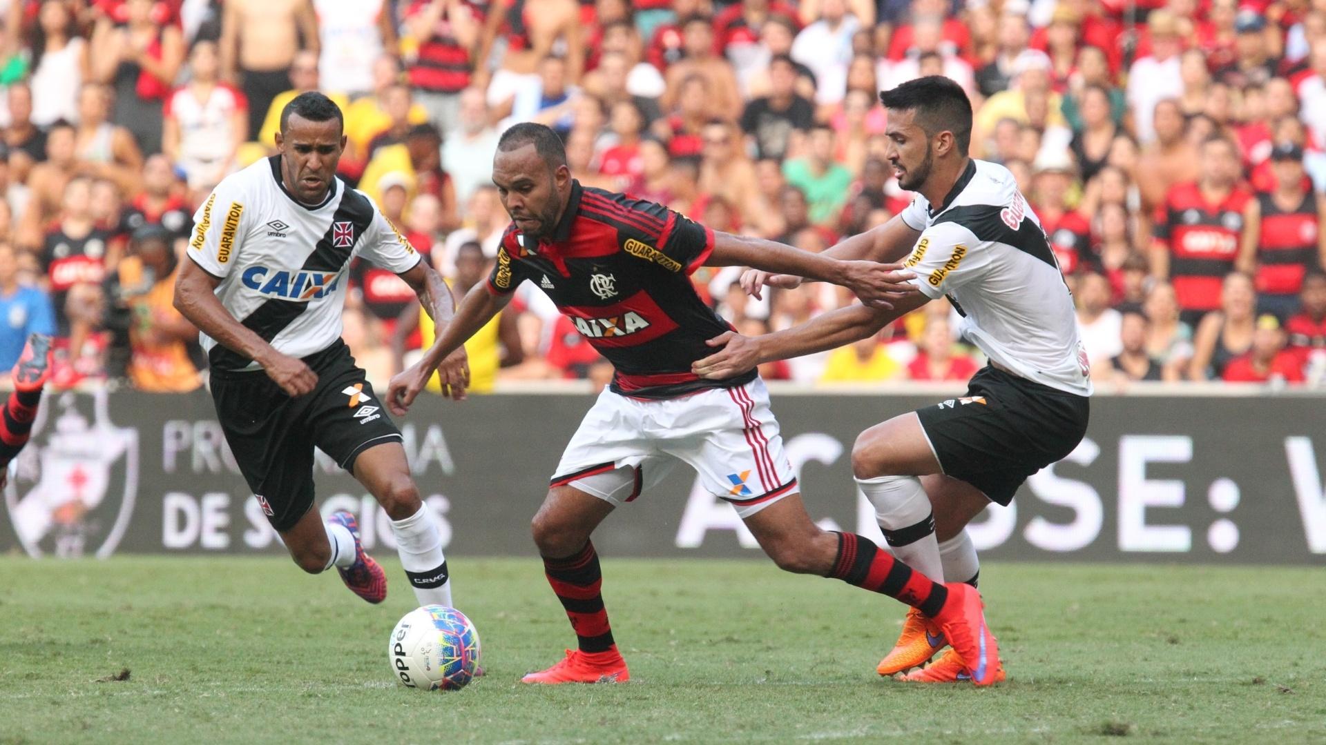 Alecsandro tenta levar o Flamengo ao ataque no jogo que decretou a queda no Carioca