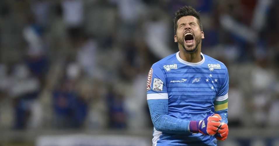 Fábio vibra com o primeiro gol marcado pelo Cruzeiro contra o Universitario de Sucre, na Libertadores