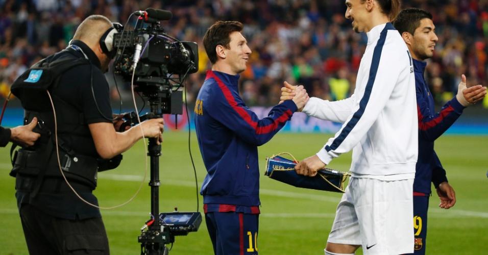 Messi e Ibra dão aperto de mão pouco antes da partida entre Barça e PSG, na Liga dos Campeões