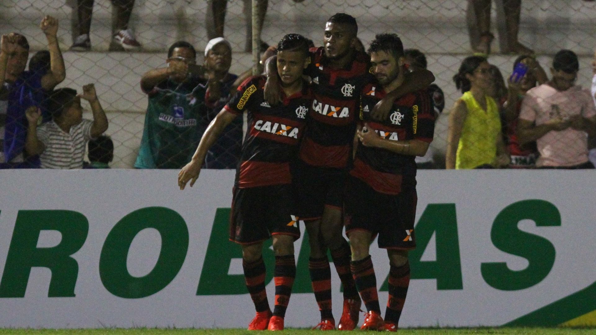 Jogadores do Flamengo comemoram gol sobre o Salgueiro pela Copa do Brasil