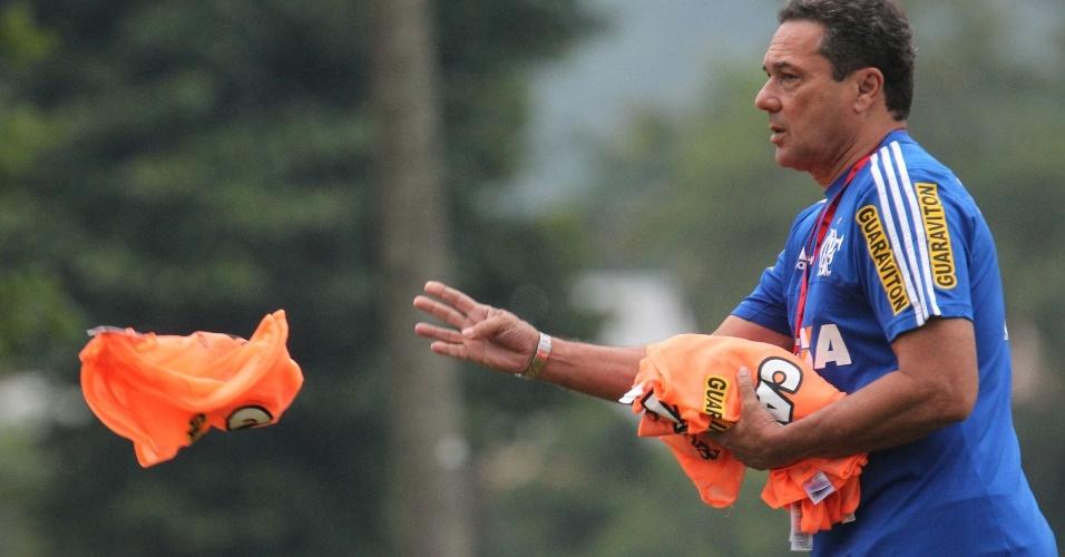 Vanderlei Luxemburgo tenta driblar as lesões e busca o time ideal do Flamengo
