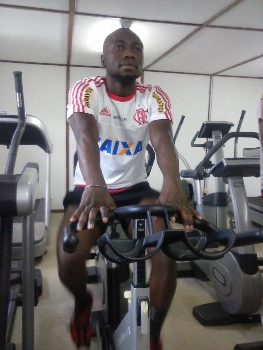 23 abr. 2015 - Colombiano Armero participa de treino na academia do Ninho do Urubu, com a camisa do Flamengo