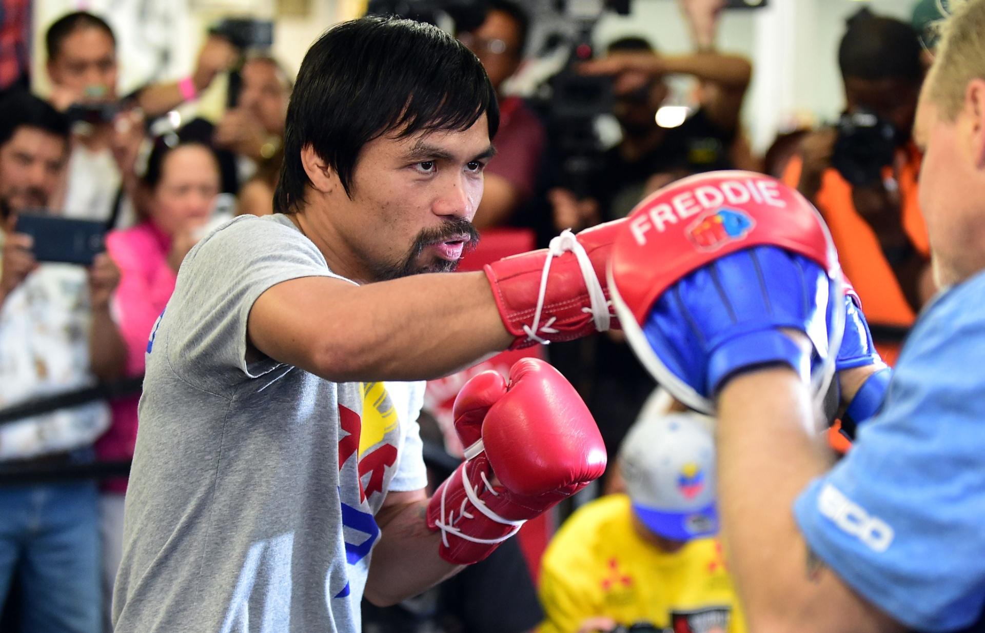 Manny Pacquiao treina com o treinador Freddy Roach para a luta com Floyd Mayweather