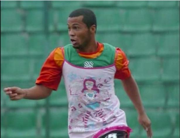 Jairo usou vestido rosa por brincadeira de vestiário, mas caso ganhou repercussão nacional e críticas