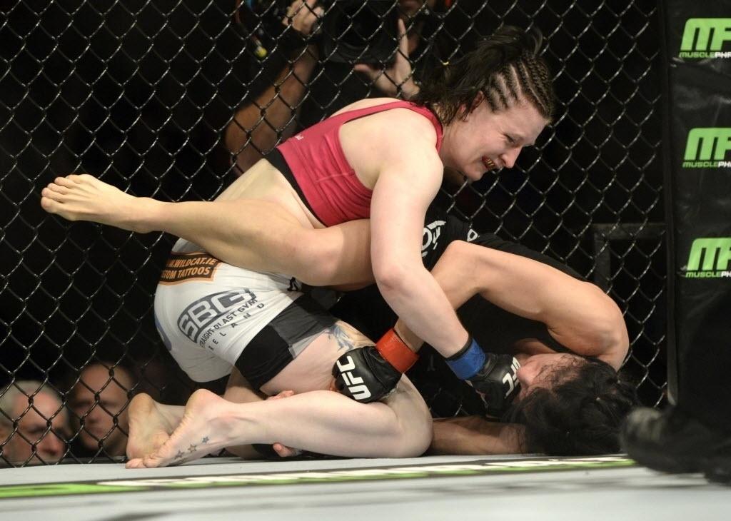 Aisling Daly acerta golpes em Randa Markos no UFC 186