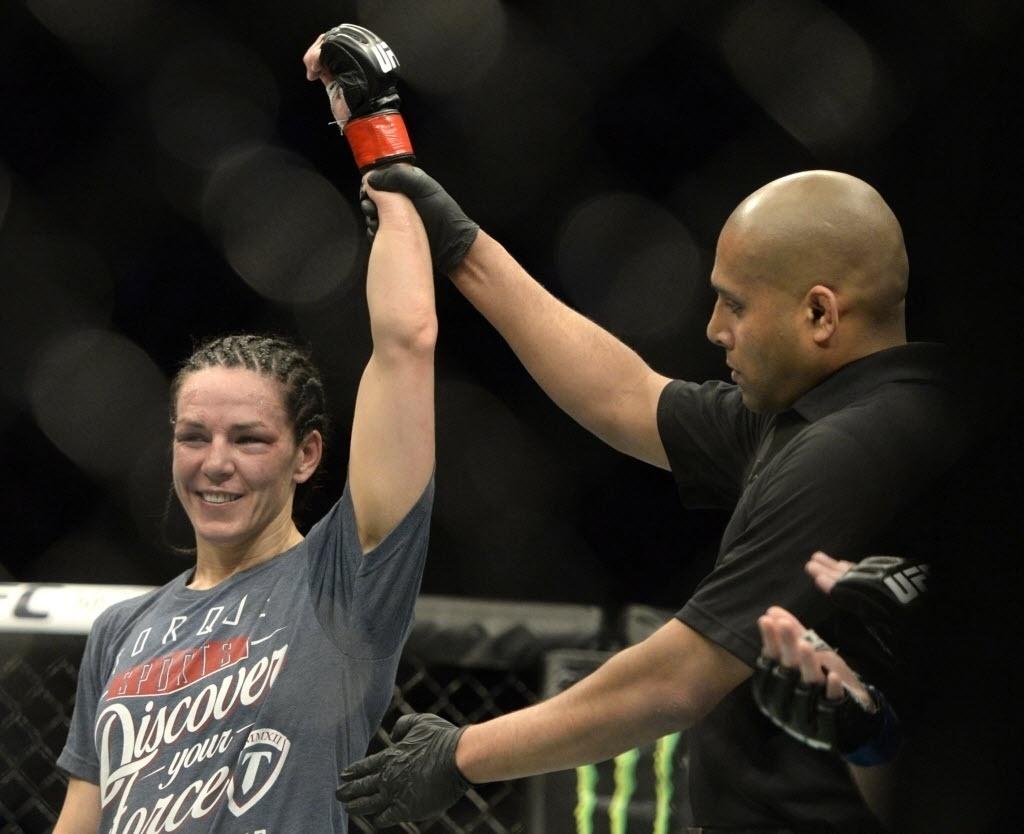 Alexis Davis comemora vitória contra Sarah Kaufman no UFC 186