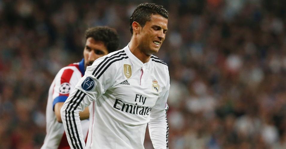 Cristiano Ronaldo sente dores durante a partida do Real Madrid contra o Atlético de Madri, pela Liga dos Campeões