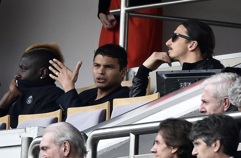 Ibrahimovic e Thiago Silva acompanham dos camarotes a vitória do PSG