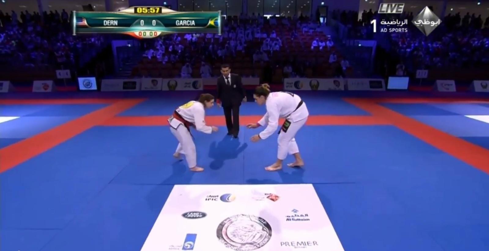 Mesmo com 31 kg a mais, Gabi Garcia (à direita) não conseguiu vencer Mackenzie Dern