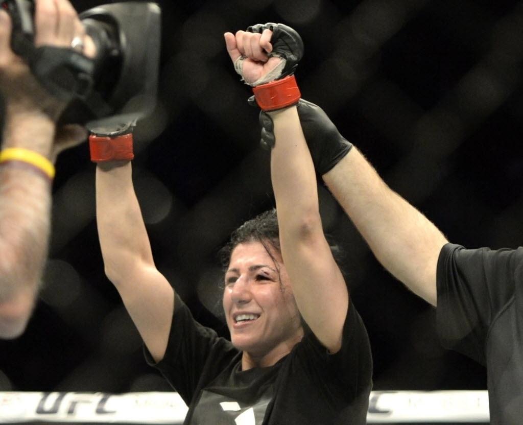 Randa Markos comemora vitória sobre Aisling Daly no UFC 186