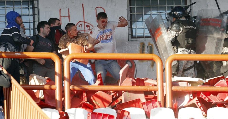 Torcedores do Estrela Vermelha brigam com a polícia de Belgrado durante o clássico contra o Partizan, que terminou em briga nas arquibancadas
