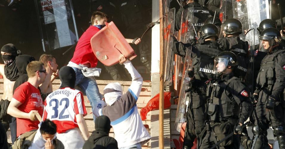 Torcedores do Estrela Vermelha entram em conflito com a polícia durante o clássico contra o Partizan, em Belgrado