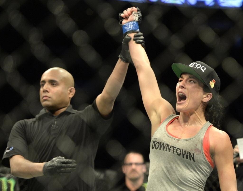 Valerie Letourneau comemora vitória contra Jessica Rakoczy