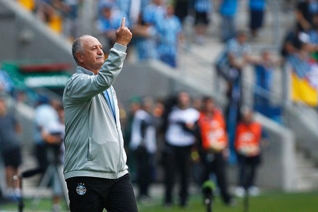 26 abr 2015 - Felipão comanda o Grêmio no clássico Gre-Nal de domingo