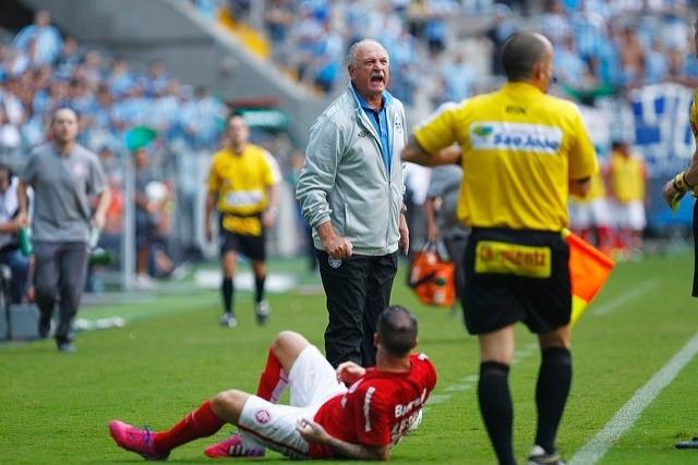 26 abr 2015 - Felipão grita enquanto D'Alessandro fica no chão em clássico Gre-Nal