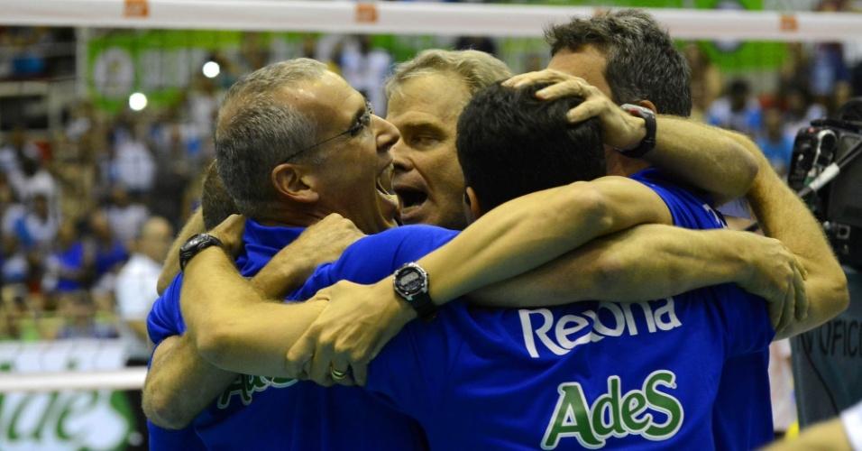Bernardinho comemora com a comissão técnica do Rexona/Ades o título da Superliga