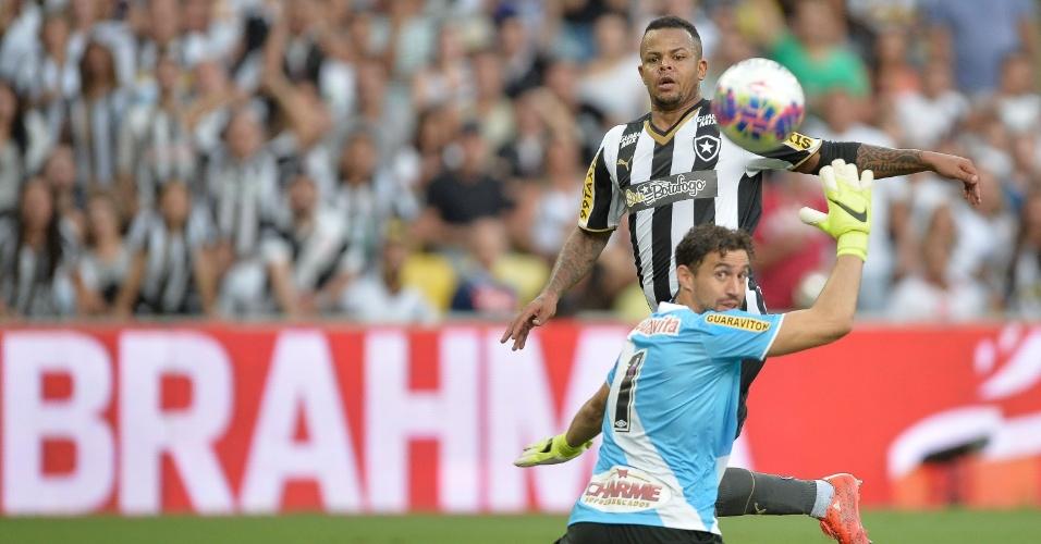 Bill toca na saída do goleiro Martin Silva em lande do clássico Vasco e Botafogo, na decisão do Campeonato Carioca