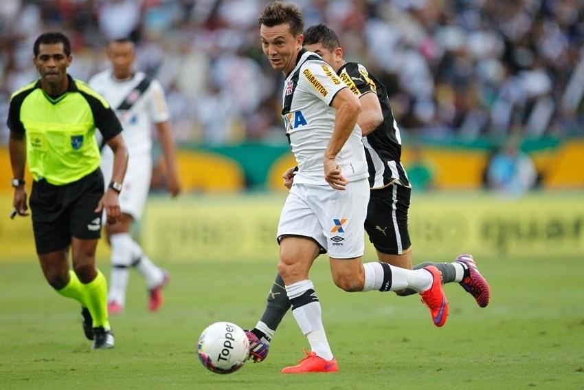 Dagoberto domina a bola durante o clássico Vasco e Botafogo, válido pela decisão do Campeonato Carioca