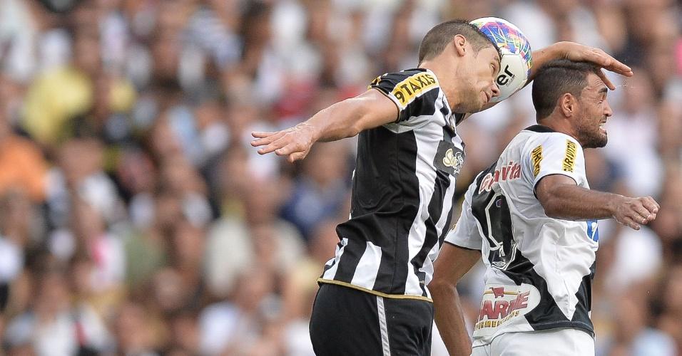 Diego Giaretta e Gilberto disputam a bola durante a partida Vasco e Botafogo, na final do Carioca