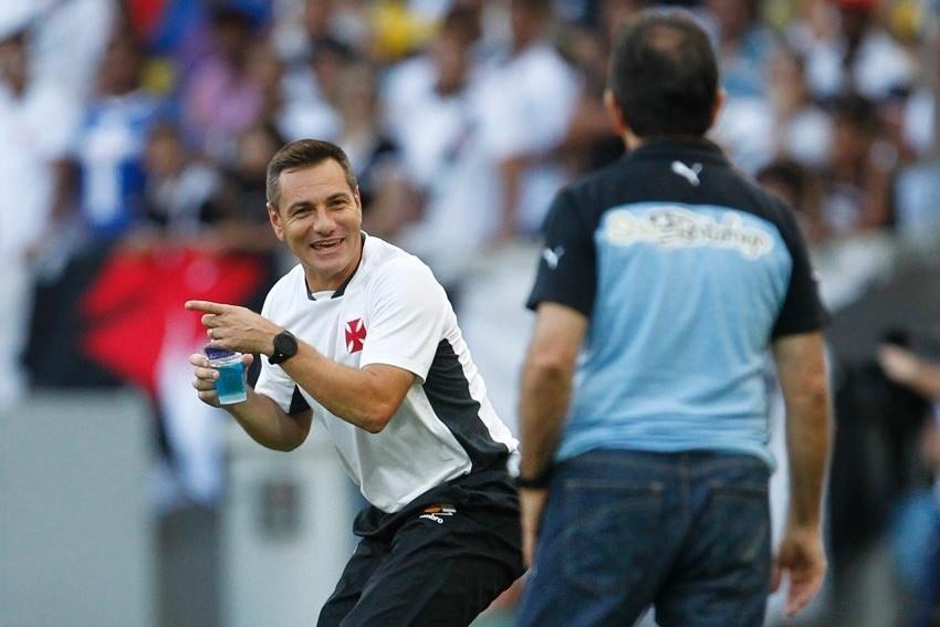 Doriva fala com o Renê Simões durante o jogo Vasco e Botafogo, na final do Carioca