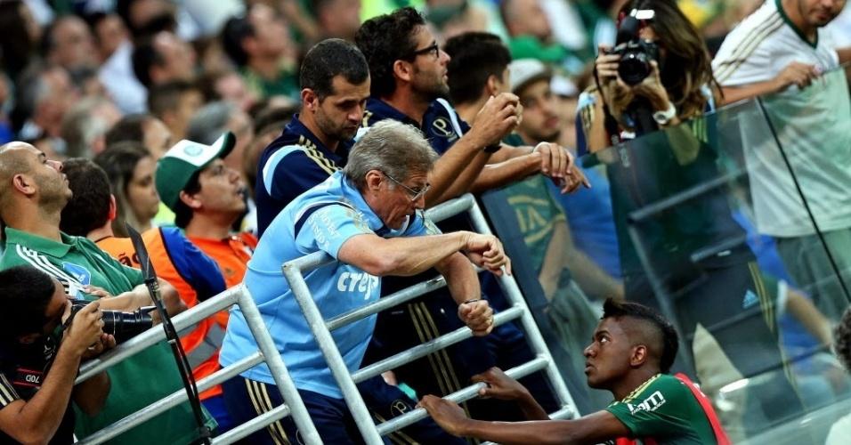 Expulso, Oswaldo de Oliveira orienta Kelvin da arquibancada antes de substituição no jogo do Palmeiras