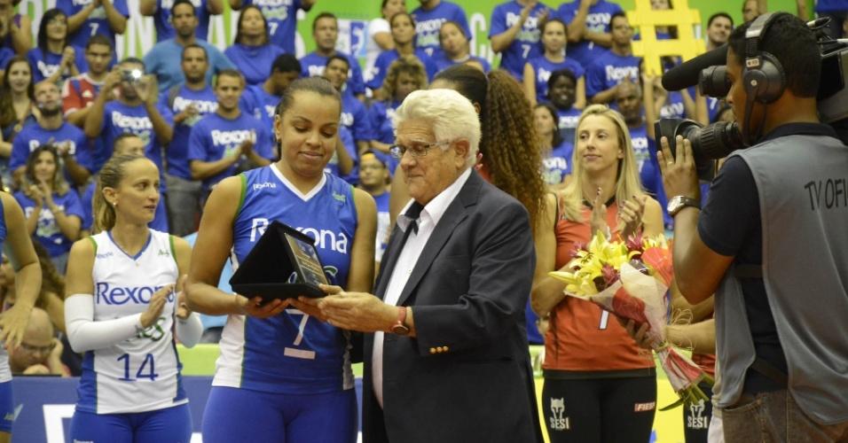 Fofão é homenageada pela CBV após o término da partida entre Rexona/Ades e Molico/Nestlé