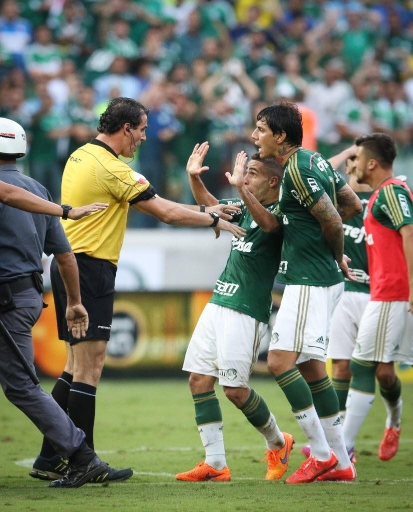 Jogadores do Palmeiras discutem com quarto árbitro após fim do jogo contra o Santos