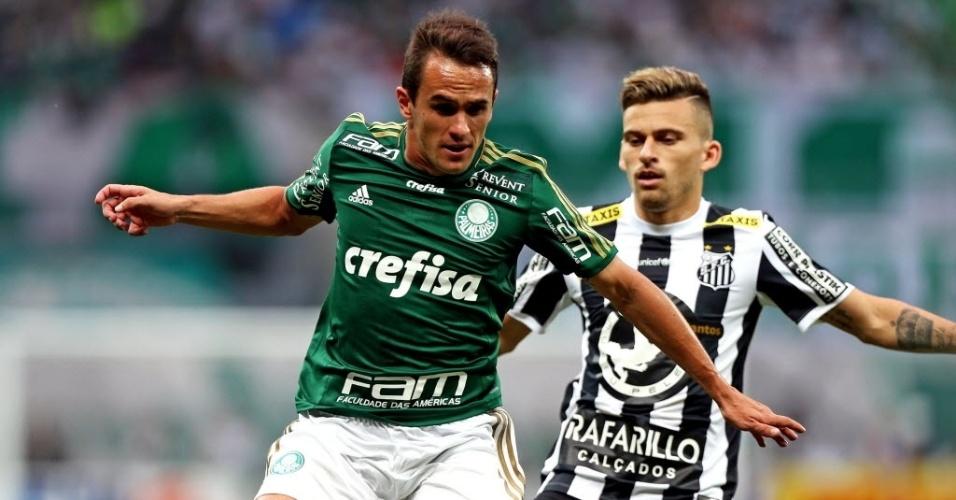 Lucas e Lucas Lima disputam bola na partida entre Palmeiras e Santos