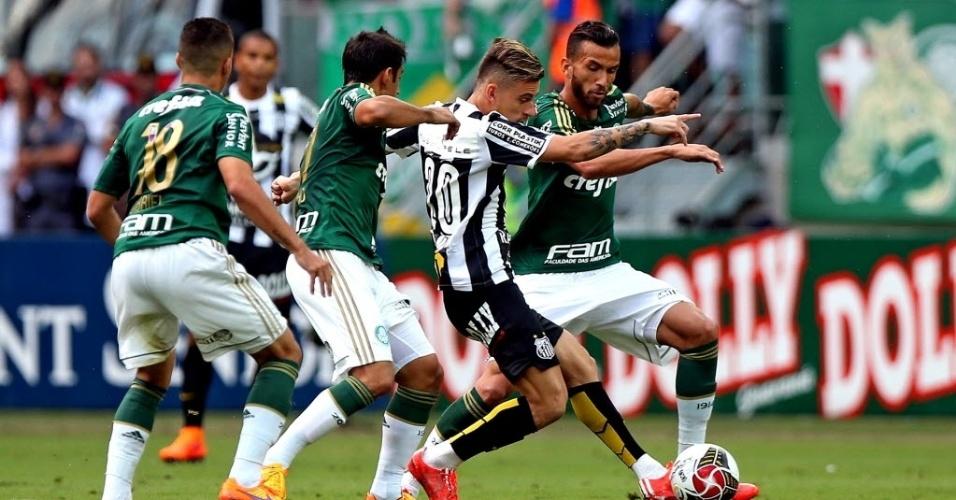 Lucas Lima encara a marcação do Palmeiras na final do Santos