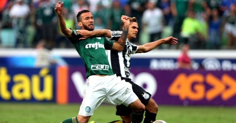 Paulo Ricardo derruba Leandro Pereira e o juiz marca pênalti